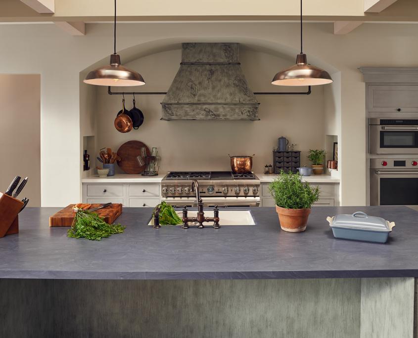Kök med grå bänkskiva